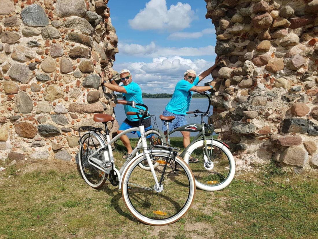 Rattarüütlid jalgrattamatkal linnarattaid testimas